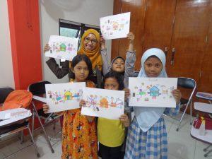 Para siswa English for Children menunjukkan hasil karya mereka.