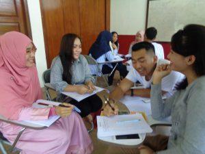 Rahanee Seree (berkerudung) sedang asyik mengikuti kegiatan pembelajaran.