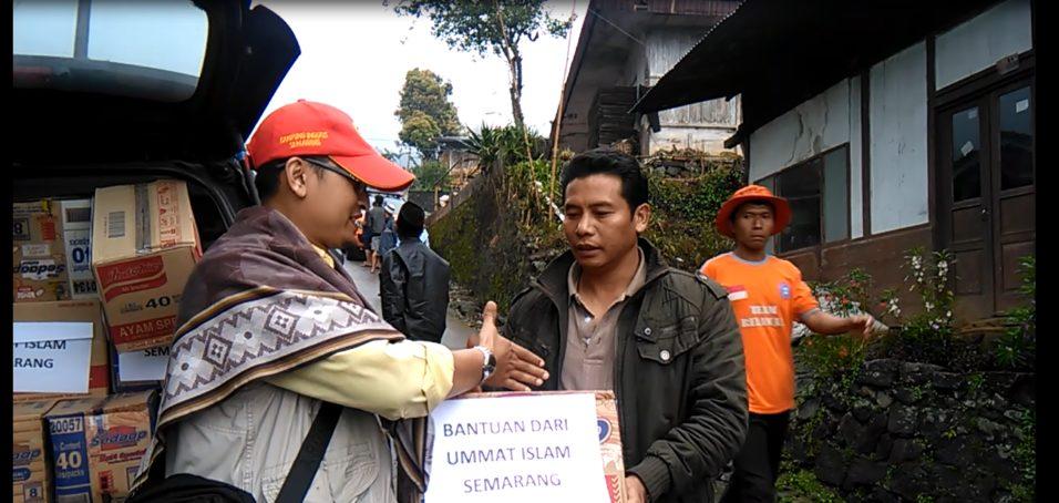 Bantuan logistik dari ummat Islam Kota Semarang diserahkan oleh Rohani kepada Sekdes Purwosari, Kec. Sukorejo, Kab. Kendal