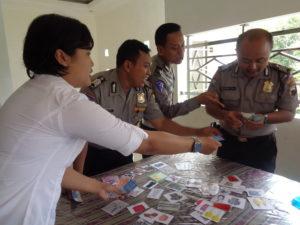 Anggota Polri sedang bermain game transaksi jual beli dalam bahasa Inggris.