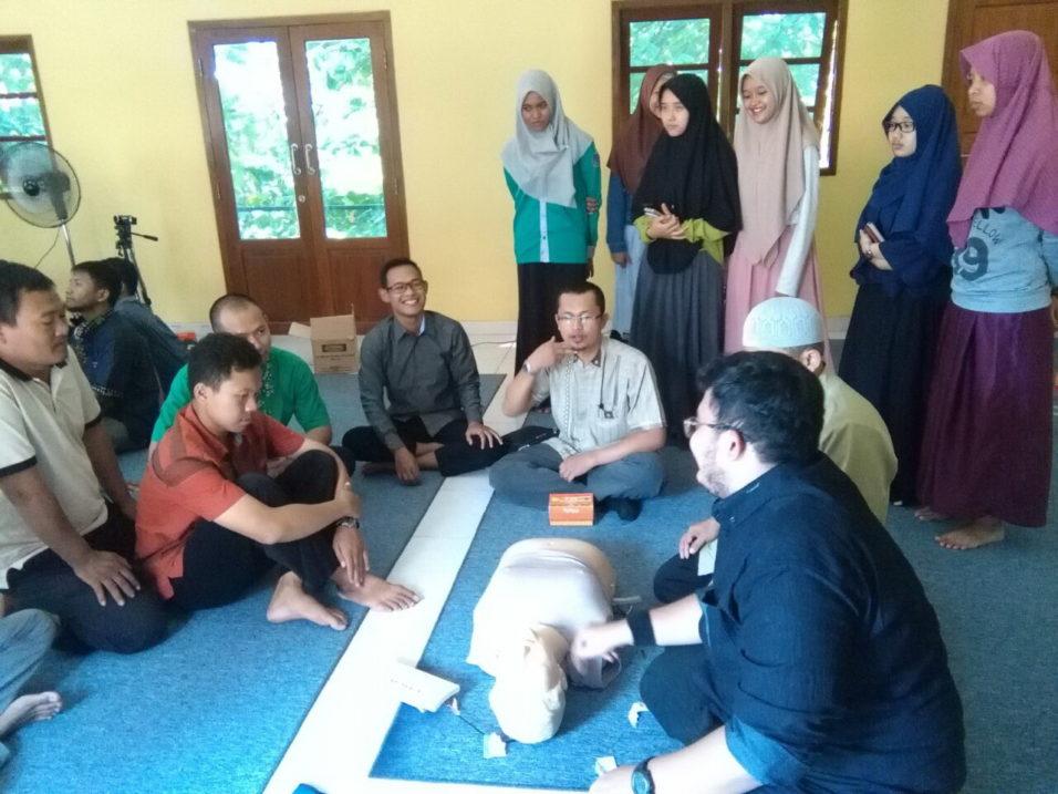 Pembina KING, Rohani (tengah) bersama para staf (berdiri) dan para peserta lain antusias mengikuti training LIfe Basic Support yang diadakan oleh Health Professionals for Syariah (HELP-S)