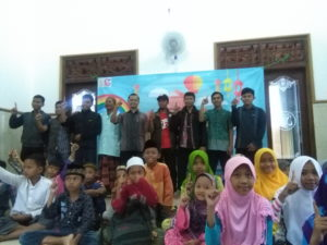 Para pegiat da'wah dari LKP Kampung Inggris Semarang, Forum Medan, dan UKKI Unnes bersama para santri TPQ Bina Khoir