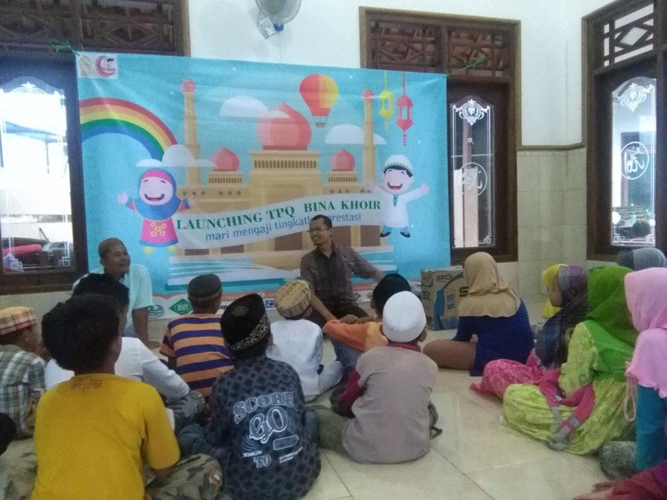 Pembina LKP Kampung Inggris Semarang, H. Rohani, S.Pd, MA memberikan motivasi kepada para santri TPQ Bina Khoir didampingi Ust. Kahar.