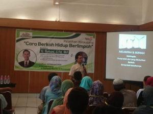 Cara Berkah Hidup Melimpah: Rohani SPd MA berbicara di depan peserta pelatihan kewirausahaan.